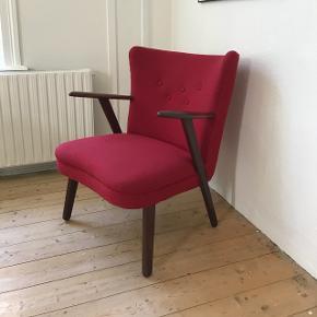 Skøn lænestol med armlæn og ben i massiv teak👍🏻 Få ikke særlige tydelige pletter på betræk + er meget svagt falmet på toppen, men ikke noget der gør at stoffet skal skiftes (se de to sidste billeder)😊