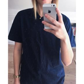 Champion t-shirt   - Købt i en vintage butik  London - V- udskæring men den er på ingen måde nedringet  -Mærket sidder på siden af trøjen (se billede 2) - Farve: en blanding af mørkeblå og navy    Pasform: - Passer en str. S