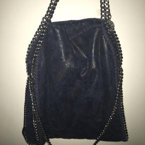Stella McCartney Falabella Fold Over Tote bag, højde: 36cm, bredde: 37cm. Købt på farfetch for 5.100kr for nogle år siden, men tasken bruges næsten ikke, derfor sælges den.
