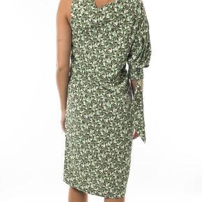 Flot kjole fra Whyred, model Fleur print, farve Floral green, str. 36. Stadig med tags