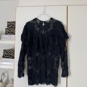 Sælge denne sorte blonde bluse fra & other stories:) Den sidder super pænt på og jeg har personligt bare haft en sort undertrøje indenunder så den ikke er gennemsigtig☺️