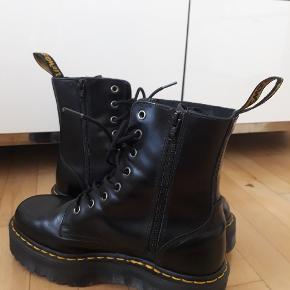 Super fede dr. Martens støvler m. 8 huller, lynlås i siden og ekstra tyk sål! De er aldrig brugt, kun prøvet på. Perfekt til efterår og vinter 🍃 nypris ca 2000,-