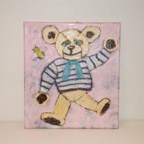 Maleri til lillepigens værelse Skønt bamse oliemaleri til børneværelset. Lavet af kunstneren BillmLinde Mål; 45 x 50 cm. Købt for 2000 kr. Sælger for 500 kr.