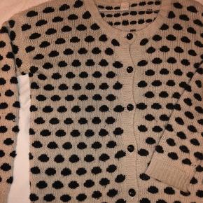 Den lækreste varme cardigan med prikker fra Vila, den fitter en s/m 😊