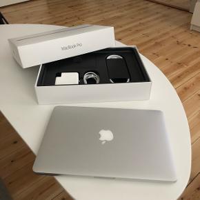 MacBook Pro, 13 tommer, early 2015, 2.7 GHz, 8 GB ram, 128 GB harddisk, god, Sælger denne Macbook Pro 13 tommer fra starten af 2015. Den er blevet brugt til studie, men nu har jeg valgt at opgradere den til en nyere. Den har brugstegn, men der udover er den blevet passet godt på.  Medfølger kvitteringen og original kasse samt næsten ny lader.   Kan sendes på min regning i hele landet med forsikret GLS!  Pris: 6000 kr