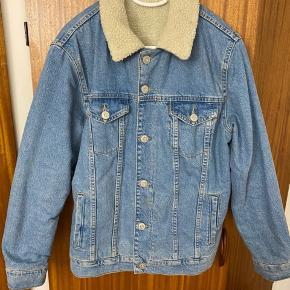 Rigtig fin og varm forår og efterårs jakke med fór i. Har brugt den et par gange, men er i god stand!  Sælger den da jeg skal rydde ud;))  -Købes ved afhentning