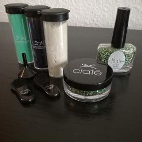 Grøn/guld glimmer og grøn/guld micro perler (aldrig brugt). Velvet pulver i grøn, mørk blå og lys grå (blå og grå har været prøvet en gang). Tragt og 2 små børster. SÆLGES SAMLET.