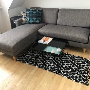 Brugt som gulvtæppe under sofabord i et år. Skiftevis vendt på hver side (tæppet er vendbart og kan enten være sort med hvid, eller hvid med sort).