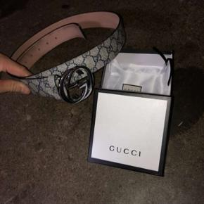 Gucci bælte med Boks, kort og lille pose/taske   Er også intra i trades med andet tøj ellers er prisen 1000kr   Prisen kan diskuteres :)