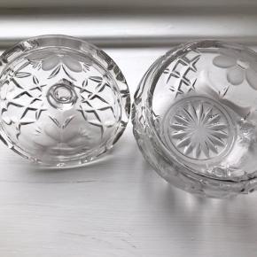 Fin lille glas bonbonniere, købt fra genbrug for et par år siden, der er ingen synlige tegn på afslået flig eller ridser. Måler 8,5cm i diameteren fra yderkant til yderkant i skål åbningen. Sender gerne ellers kan den afhentes i kbh NV.