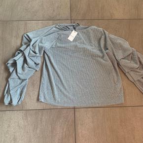 Skøn bluse fra Pieces med flot effekt ved ærmerne. Har 2 af den samme, derfor sælger jeg den ene.