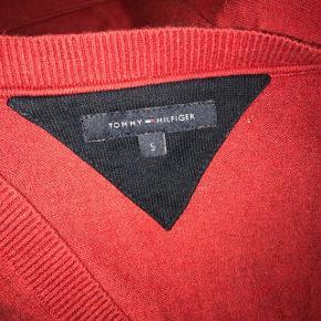 Super blød bluse fra Tommy Hilfiger  Sælges da jeg ikke for den brugt, ellers i rigtig god stand   Nypris var omkring 650kr   Prisen er eksklusiv forsendelse:))