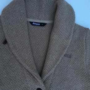 Varetype: Ny varm lang cardigan/strikjakke Farve: Camel Oprindelig købspris: 1500 kr.  Forsendelse med DAO Mål fra ærme til ærme: 50 cm Fra nakke til underste kant: 89 cm