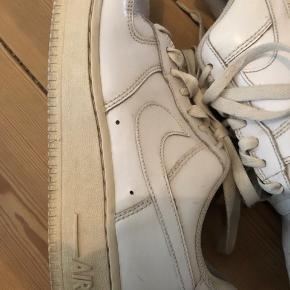 Sælger et par Nike air force 1 tror de er 20 års jubilerum model de har nogle brugsmærker intet og følger med og de er 24,5 cm så fitter måske bedre 38,5 de er tidligere blevet repaintet dog blevet fjernet så godt som jeg kunne så de er blevet lidt glansey i det men stadig en fin sko
