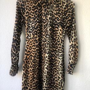 Fed skjortekjole i silke. Brugt få gange, desværre lidt for lille