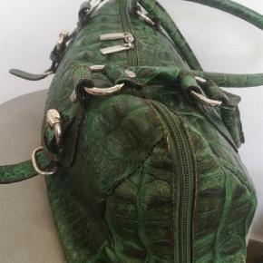 Brand: C&C Varetype: Super lækker skind taske Størrelse: 34X22 cm Farve: Grøn  Sender med DAO / Postnord  SE OGSÅ MINE 450 ANDRE🌹 ANNONCER