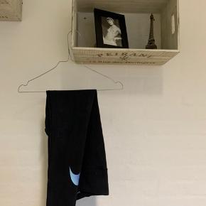 Løbebukser fra Nike med lilla/blåt Nike mærke på læggen.  Sælges, da jeg ikke selv får den brugt.  Skriv endelig for flere billeder og byd gerne.