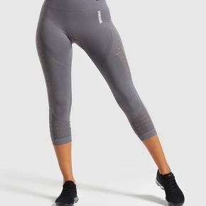 Cropped leggings fra gymshark. Brugt et par gange. Sidder mega godt, får dem bare ikke rigtig brugt. De passer perfekt i længden hvis man er lidt lav (jeg er kun 1.62) og ellers er det jo bare cropped:)