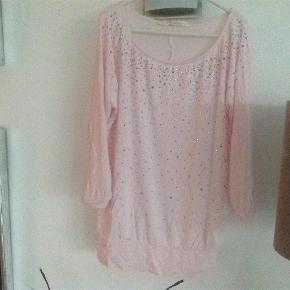 Varetype: Smart bluse med lyserøde palietter og 3/4 ærmeStørrelse: 158/164 Farve: Lyserød  Smart bluse med lyserøde palietter og 3/4 ærme i str. 158/164.  Den er i den gode ende af god men brugt, se billede.  Mindsteprisen er kr. 50+ Porto.  Jeg bytter ikke.