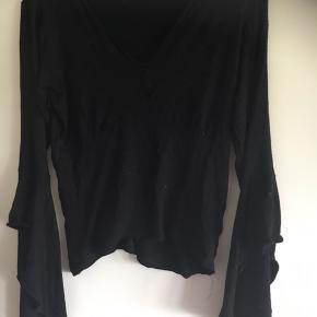 Bluse med puff/ storre ærmmer sælges str M der må byddes mærkke er H&M