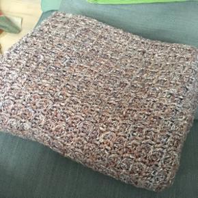Lækker stort strikket/hæklet retro tæppe, måler ca 200x158cm. Kan vaskes på uldprogram. Fejler ingenting.