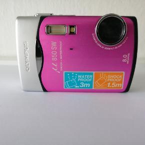 Dette lille Olympus kamera er vandtæt ned til 3 meter samt stødsikker op til 1,5 meter.  Hvis man f.eks. er til dykning, cykling eller klatring så er dette kamera perfekt.  Modellen hedder Olympus 850 SW, 8 megapixels og 3 x optisk zoom.