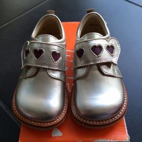 NYE RAP SKO  Flotte sølv sko m 2 fine hjerter og der er velcrolukning samt rågummisål   Passer til en alm til bred fod  NP 600,-  MP 225,-pp