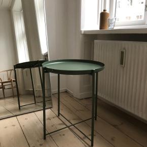 Sidebord / sofabord / natbord / lille rundt bord i den smukkeste grønne farve. I metal, fra IKEA.