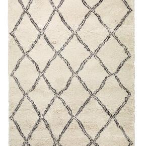 Populært tæppe fra Jysk i målene 160x230 i råhvid. Sælges billigt da det er brugt - byd!  Nypris 1500,-