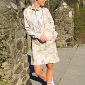 Lækker hoodiekjole, perfekt til at rejse i. Dejlig blød og super behagelig at have på 🌸  Str. S  Stadig med prismærke  #Secondchancesummer