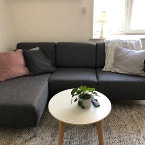 Cleveland sofa fra IDEmøbler. Sælger da jeg skal have en større. Den fremstår som ny, og uden brugsspor. Kan afhentes i Randers. NP: 6750 kr