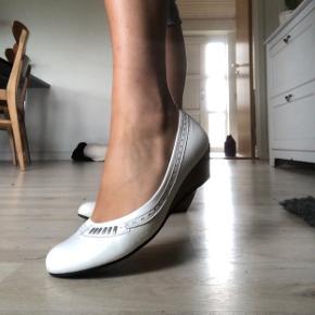 Smukke retro hæle brugt den ene gang, jeg blev konfirmeret, derfor er de i fin stand😁