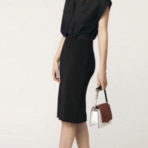 Kjole fra Malene Birger Modellen hedder LEANHIA Øverste del er fast i matr. som en skjorte og nederste del har lidt stretch Skal ligne en pencil skirt hvor man kommer skjorten ned i nederdelen Brugt 1 gang