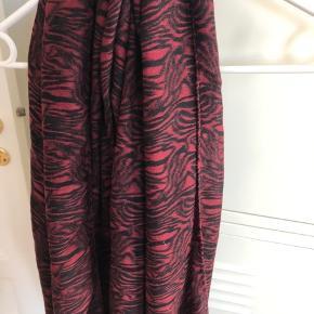 Aldrig brugt  Meget lækkert tørklæde i silke og uld  Vinrød/Bordeaux + sort  Materiale: 50% silke 50% uld  Længde: ca 186 cm Bredde: ca 102 cm  Bytter ikke   Se også mine andre annoncer med mærkevarer