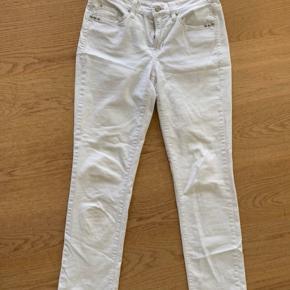 Model: Norah super slim Super lækre bukser fra Cambio. Ingen huller eller tegn på slid. Sælges da jeg ikke kan passe dem. Bud modtages gerne.