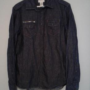 Lækker denim skjorte fra Diesel.  Købt i herre afdeling, men syntes den er ret unisex.  Størrelse large men lille i størrelsen så passer mere medium.  Fede detajler og god kvalitet.