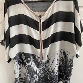 Super flot bluse i sort/sand farvet.  Lækker blød