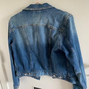 Meget fin Demin jakke. En lille plet som jeg nemt tror kan vaskes af. Brugt få gange, og er ellers velholdt