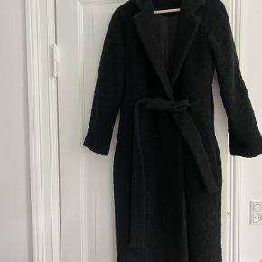 Ganni boucle wool wrap frakke. Jeg har haft den på nogle gange sidste vinter. Den er en nyhed på gannis hjemmeside igen. Nypris 2499