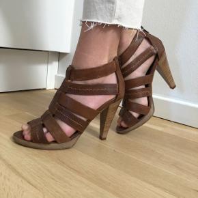 Flotte brune sandaler i ægte skind fra Bata. Størrelse 38 og i god stand. Har kun få brugsspor.
