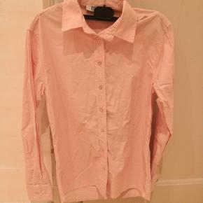 Lyserød skjorte fra Tiffany, fejler absolut intet.