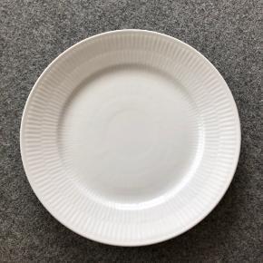Royal Copenhagen hvidriflet frokosttallerken, 22 cm. Aldrig brugt. Nypris: 189 kr. OBS! SÆLGER 6 STK. SAMLET! (720 kr. i alt)