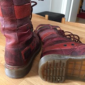 Super fede Dr. Martens støvler i rigtig flot stand, brugt i en kort periode.