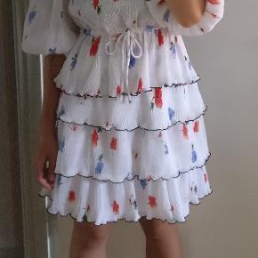 Skjorte og nederdel sælges samlet for 1000 eller hver for sig for 600. Kan afhentes på Nørrebro.