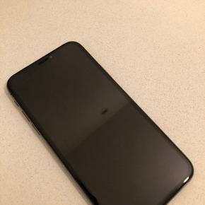 Sælger iPhone X 64 GB, købt Januar 18 - den har et par ridser på bagsiden (se billede) dog fungere den helt perfekt! Der er panserglas på forsiden.  Der medfølger original æske, ubrugt oplader og høretelefoner (brugt).  Gennemsigtigt silicone cover kan købes med for 50kr  Modtager gerne bud, kan hentes i Taastrup eller sendes på købers regning.