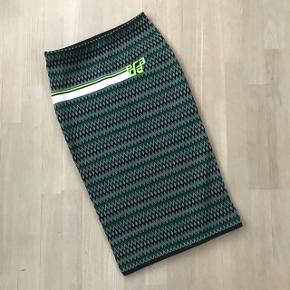 Prada nederdel IT42.   Søgeord: neon grøn gul nederdel midi Limited edition