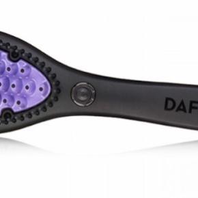 Glattebørste. Brugt 2 gange og fejler intet. Sælges, da jeg ikke bruger den.  Har kostet 1100 fra ny. Kvittering haves.   Ingen dyr eller rygning i hjemmet.     Tekst lånt fra Nicehair nedenunder - den også købt derfra. Billede lånt fra google.   DAFNI Hair Straightening Ceramic Brush er den originale glattebørste. Denne revolutionerende børste er med keramisk belægning af højeste kvalitet, og glatter dit hår på få minutter. Børsten er utroligt nem at bruge, og er perfekt at bruge i en travl hverdag, hvor det at ordne hår gerne må gå stærkt. Til forskel ved brug af glattejern, hvor håret skal deles op i små sektioner, kan man med denne børste tage større dele af håret, faktisk op til 5 gange så meget hår, som man kan ved glattejern, og derved spare en hel del tid.  Børsten er på 400 Watt, modsat andre lignende glattebørster, som har langt mindre Watt. Dette sikrer både en hurtig opvarmning og en konstant temperatur. Bagsiden af børsten er lavet af varmeresistent plastik, hvilket betyder at den ikke bliver overophedet, og derved brænder man sig ikke. Børsten slukker automatisk efter 15 minutter.  Den holder en konstant temperatur på 185 º C, som er den ideelle temperatur at style håret ved. Yderst på de lilla børstehår, er spidsen sort, og disse bliver ikke varme, således at børsten kan køres helt tæt ved hovedbunden, uden at man skal være bekymret for at brænde sig i hovedbunden. Børsten bliver varm på under et minut, og når det røde lys skifter til grøn, er børsten klar til brug. Hvis børsten trænger til rengøring, kan den renses med en fugtig klud. DAFNI Hair Straightening Ceramic Brush bør kun bruges i helt tørt hår.  Uanset om du har bølger, krøller, kruset elller flyvsk hår, vil denne børste glatte håret hurtigt og skånsomt. Med denne glattebørste har glatning aldrig været nemmere.  Detaljer:  Den originale glattebørste Med keramisk belægning Nem at bruge Varm på under 1 minut Ledning længde: 2,2 meter 400 Watt Varmeresistent plastik på bagsiden Anvendelse:  St