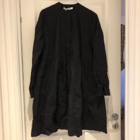 Sort kjole fra Samsøe Samsøe med knapper foran.  Fejler intet. Bud er velkomme.