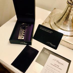 Aldrig brugt eksklusiv USB stick fra S.T. Dupont i palladium.  Er lavet som en lækker nøglering, kommer med æske og papirer.