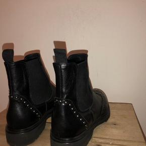 Sorte Uma Parker støvler, men sølv detaljer. Brugt meget få gange, og er i perfekt stand. Hælen på støvlen er 3 cm, og støvlerne er i læder. De er store i str. så de ville også passe en 39. Ny pris var 1245 kr